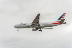 LONDYN ANGLIA, SIERPIEŃ, - 22, 2016: N795AN American Airlines Boeing 777 Ląduje w Heathrow lotnisku, Londyn Zdjęcie Royalty Free