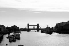 Londyn, Anglia, UK - 31 2016 Sierpień: Basztowa Bridżowa czarny i biały sylwetka Obraz Stock
