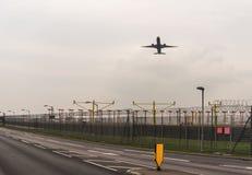 LONDYN ANGLIA, WRZESIEŃ, - 25, 2017: British Airways linie lotnicze Boeing 777 G-STBA bierze daleko w Londyńskim Heathrow zawody  Fotografia Stock
