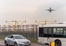 LONDYN ANGLIA, WRZESIEŃ, - 25, 2017: Cathay Pacific linie lotnicze Boeing 777 B-KQN bierze daleko w Londyńskim Heathrow zawody mi Zdjęcia Stock