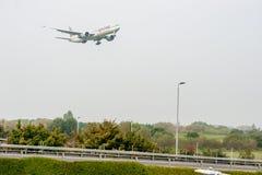LONDYN ANGLIA, WRZESIEŃ, - 27, 2017: Katarski dróg oddechowych linii lotniczych Boeing 777 A7-BED lądowanie w Londyńskim Heathrow Zdjęcia Royalty Free