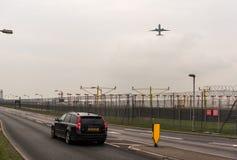 LONDYN ANGLIA, WRZESIEŃ, - 25, 2017: Kuwait Airways linie lotnicze Boeing 777 9K-AOI bierze daleko w Londyńskim Heathrow zawody m Zdjęcia Stock