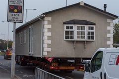 LONDYN ANGLIA, WRZESIEŃ, - 25, 2017: Londyński ruch drogowy Ciężarowy odtransportowanie dom Zdjęcia Stock