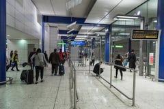 LONDYN ANGLIA, WRZESIEŃ, - 27, 2017: Londyńskiego Heathrow lotnisko niebieski metro hue stacji metra Obraz Royalty Free