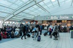 LONDYN ANGLIA, WRZESIEŃ, - 29, 2017: Luton Lotniskowego czeka Wyjściowy teren z Bezcłowym sklepem Londyn, Anglia, Zjednoczone Kró Obraz Royalty Free