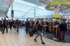 LONDYN ANGLIA, WRZESIEŃ, - 29, 2017: Luton Lotniskowego czeka Wyjściowy teren z Bezcłowym sklepem Londyn, Anglia, Zjednoczone Kró fotografia royalty free