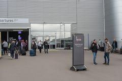 LONDYN ANGLIA, WRZESIEŃ, - 29, 2017: Luton Lotniskowy Palenie Zabronione teren Londyn, Anglia, Zjednoczone Królestwo obrazy stock