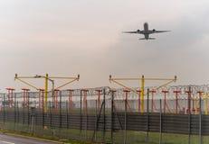 LONDYN ANGLIA, WRZESIEŃ, - 25, 2017: Turkish Airlines Boeing 777 bierze daleko w Londyńskim Heathrow lotnisku międzynarodowym Fotografia Stock