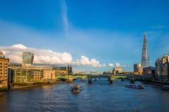 Londyn, Anglia - Zwiedzające łodzie przy zmierzchem na Rzecznym Thames z Southwark Przerzucają most most i Górują Fotografia Royalty Free