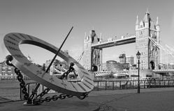 Londyn - Basztowy mosta i słońca zegar na brzeg rzeki w ranku świetle Zdjęcie Stock