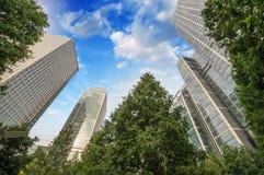 Londyn, Canary Wharf. Piękny widok drapacze chmur fr i drzewa fotografia stock