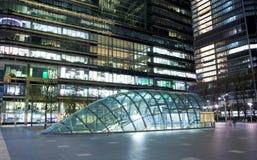 LONDYN, CANARY WHARF UK - KWIECIEŃ 4, 2014 Canary Wharf ruruje, autobusu i taxi stacja w nocy, Zdjęcie Stock