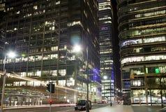 LONDYN, CANARY WHARF UK - KWIECIEŃ 4, 2014 Canary Wharf ruruje, autobusu i taxi stacja w nocy, Zdjęcie Royalty Free