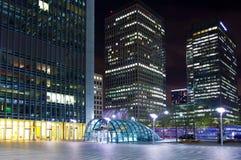 LONDYN, CANARY WHARF UK - KWIECIEŃ 4, 2014 Canary Wharf ruruje, autobusu i taxi stacja w nocy, Fotografia Stock