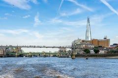 LONDYN, CZERWIEC - 25: Czerepu i milenium most w Londyn dalej Zdjęcie Stock