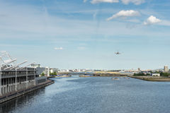 LONDYN, CZERWIEC - 25: Płaski lądowanie przy Londyńskim miasta lotniskiem w Londo Obrazy Royalty Free