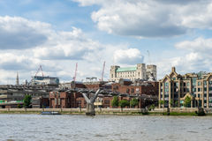 LONDYN, CZERWIEC - 25: Widok milenium most od rzeki Obrazy Stock