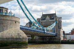 LONDYN, CZERWIEC - 25: Widok wierza most od Rzecznego Thames wewnątrz Zdjęcie Royalty Free