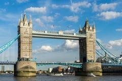 LONDYN, CZERWIEC - 25: Widok wierza most od Rzecznego Thames wewnątrz Obrazy Royalty Free