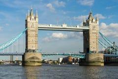LONDYN, CZERWIEC - 25: Widok wierza most od Rzecznego Thames wewnątrz Zdjęcia Stock