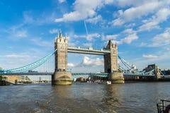 LONDYN, CZERWIEC - 25: Widok wierza most od Rzecznego Thames wewnątrz Zdjęcie Stock