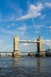 LONDYN, CZERWIEC - 25: Widok wierza most od Rzecznego Thames wewnątrz Fotografia Royalty Free