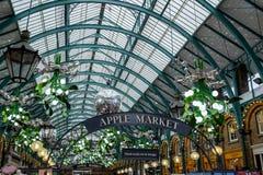 LONDYN - DEC 20: Bożenarodzeniowe dekoracje przy Covent ogródem w Lond obrazy royalty free