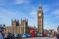 LONDYN - 2017 KWIECIEŃ 24: Tam jest turystyki ruch drogowy codzienny w Londyn Tysięcy samochody, taxi, autobusy i pedestrians, Zdjęcia Royalty Free