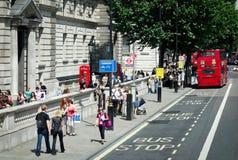 LONDYN, LIPIEC - 27: Ludzie Chodzi wzdłuż Końskich strażników Drogowych w Lonie Zdjęcie Royalty Free