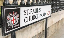 LONDYN, LIPIEC - 2, 2015: St Paul Churchyard znak Londyńska droga si Zdjęcie Royalty Free