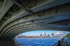 LONDYN, LIPIEC - 27: Widok Blackfriars most Underneath Fotografia Stock