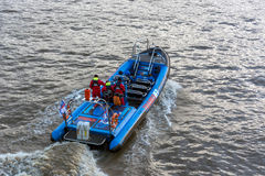 LONDYN, LISTOPAD - 3: Dżetowa łódź na Rzecznym Thames w Londyn dalej Zdjęcie Royalty Free