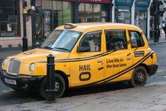 Londyn 4 marsz, 2016 Tradycyjny żółty taxi parkuje w ulicie w Greenwich Obrazy Stock