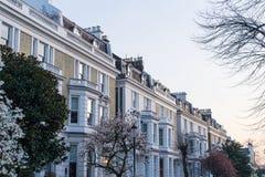 Londyn, Marzec - 30: Ikonowy tradycyjny rząd grodzcy domy w Kensington podczas wiosny na Marzec 30, 2017 Zdjęcie Stock