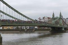 LONDYN, 10 MARZEC 2018: Widzowie na Hammersmith mosta czekaniu oglądać kobiety głowę rzeki rasa WEHORR 2018 Obraz Royalty Free