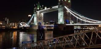 Londyn most przy noc? obraz stock