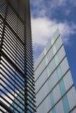 Londyn - nowożytny drapacz chmur z niebieskim niebem i chmurami Obraz Royalty Free