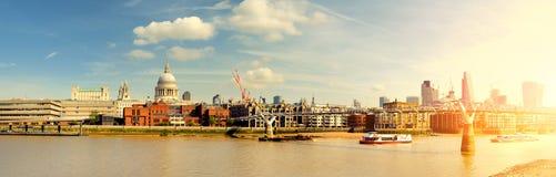 Londyn, panoramiczny widok z statkami przechodzi milenium most Zdjęcie Stock
