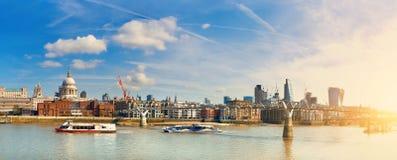 Londyn, panoramiczny widok z statkami przechodzi milenium most Zdjęcia Royalty Free