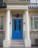 Londyn, rocznika domowy wejście z błękitnymi kolumnami i drzwi obrazy royalty free
