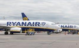 Londyn, 31st 2019 Maj: Dwa Ryanair lota przygotowywa dla start od Stansted lotniska Ryanair jest Europa dużym niskim kosztem obraz royalty free