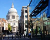 Londyn, St Paul Katedralna znany na całym świecie kopuła z odbiciem w budynku biurowym obrazy royalty free