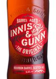 LONDYN, UK - CZERWIEC 01, 2018: Butelka Innis & Gunn bourbon baryłki scotch ale piwo na bielu Szkocki rzemiosła piwo Zdjęcia Stock