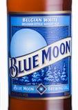 LONDYN, UK - CZERWIEC 01, 2018: Butelkuje etykietkę Błękitnej księżyc belgijski biały piwo, warzącą MillerCoors na bielu Fotografia Royalty Free