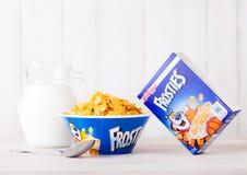 LONDYN, UK - CZERWIEC 01, 2018: Pudełko Kellogg ` s Frosties Śniadaniowy zboże z mlekiem i talerzem na białym drewnie Obrazy Royalty Free