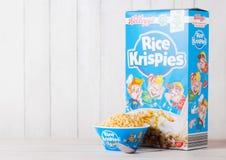 LONDYN, UK - CZERWIEC 01, 2018: Pudełko Kellogg ` s Krispies Ryżowy Śniadaniowy zboże z oryginału talerzem na białym drewnie Obrazy Stock
