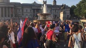 Londyn, UK: 15/7/2018 - Francuscy fan piłki nożnej świętują wygranego puchar świata i śpiew przeciw Chorwacja tanu przy Trafalgar zbiory wideo