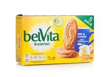 LONDYN, UK - GRUDZIEŃ 07, 2017: belVita śniadania zboża na bielu & mleko belVita ciastka zrobią z wholegrain które zapewniają f Obrazy Stock