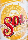 LONDYN, UK - GRUDZIEŃ 15, 2016: Butelka zolu piwa Meksykańskiego zakończenia up etykietka Od Cuauhtemoc Moctezuma browaru w Monte Zdjęcia Royalty Free