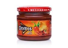 LONDYN, UK - GRUDZIEŃ 01, 2017: Doritos tortilla układy scaleni z Gorącym salsa Zamaczają na bielu Fotografia Stock